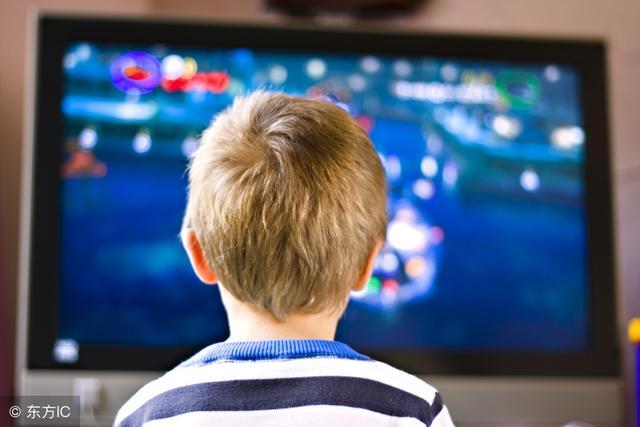 电视机挂在墙上VS放电视柜上 区别有多大?