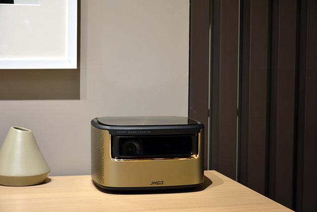 卧室用电视太伤眼?1080P+1500ANSI流明,护眼就选投影仪
