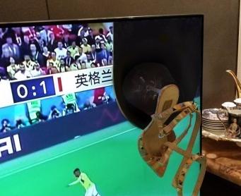 """妻子深夜不满怒砸电视 高跟鞋击穿""""世界杯"""""""