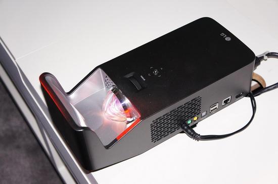 LG推出超短焦投影仪:15英寸远可投射100寸画面