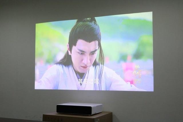 小米激光电视:只要有墙就可以在大屏幕上看电视