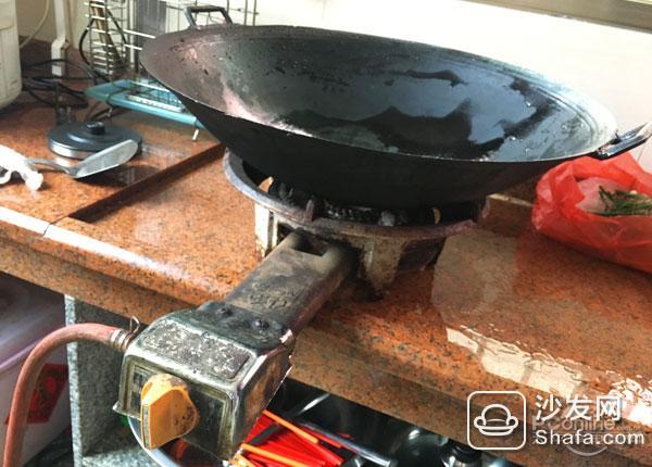 燃气灶与电磁炉优缺点   燃气灶    优点:   (1)燃气灶以液化石油气、人工煤气、天然气等气体燃料进行直火加热,在助燃氧气充足、空气流通性强的情况下,能做到燃烧充分,火力旺盛;   (2)燃气灶使用明火烹调,观感直接了然,有利于掌厨者控制火力。  油烟多得很  油烟多是硬伤   缺点:   (1)以气体燃料进行直火加热,会生成有害气体;   (2)使用过程中安全隐患比较大;   (3)对于煮食初学者来说,火候控制比较抽象困难。   电磁炉  电磁炉功能分工明确,操作便捷   优点:   (1)安全环