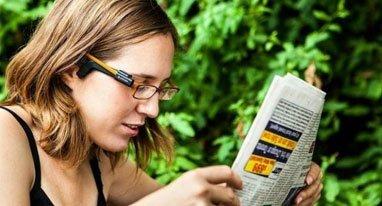 佩戴这个小相机盲人就能读书看报了