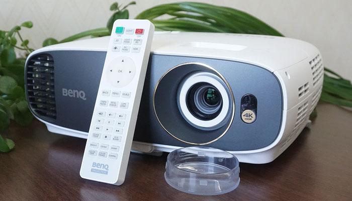 行业首款万元内4K机 明基轻4K家用投影机W1700评测