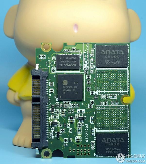 SX950的主控芯片采用的是慧荣SMI的SM2258G。这个主控大家都已经是非常熟悉的了,目前被应用在很多TLC SSD上。SM2258与SM2256一样都是四通道设计、32CE(每通道8CE),同样支持NANDXtend ECC技术(号称可以让TLC SSD的耐久度提高至原来的三倍以上,并且能够通过新的优化算法来减少SLC Cache空间消耗完之后速度下降的幅度)。SM2258与SM2256一样具备独立SRAM、ROM等单元、支持ONFI 3.