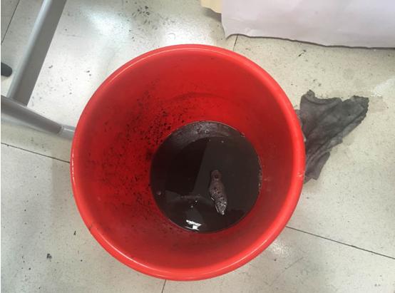 海尔空调免费清洗公益行进入温州某中学清洗出50桶黑水