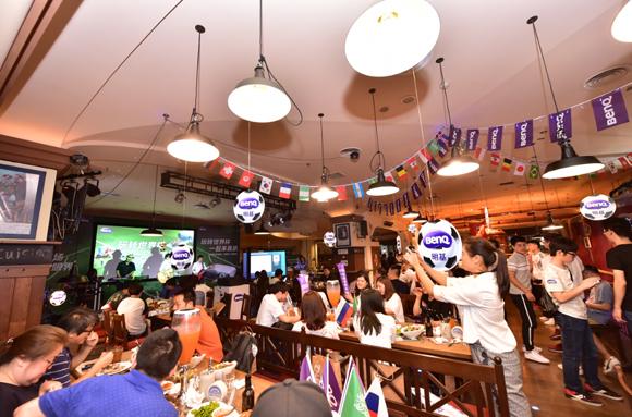 150吋超大屏幕 明基投影机嗨翻世界杯开幕轰趴