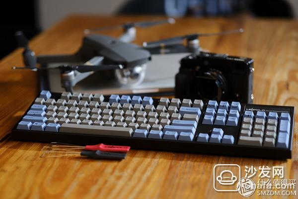 leopold FC980C,新品,当时FC980M上市我都没入手,而是看中了和他一样配列的静电容版本,纯正的日本血统,日本原产,realforce公司代工,leopold设计,而不是某些打着日本品牌而在别的地方生产,然后把价格吊高的键盘,(无意冒犯信仰 )灰白的配色,非常复古,但是却是全新的配列,(实话说,这个配列和笔记本配列很像,但是他重新设计了功能键和组合按键,实现更多的功能构成)并且是国际专利产品,B格满满,leopold对美学的掌握还有和细节做工的挑剔自然不用我多说,但是这个产品也出现了和re