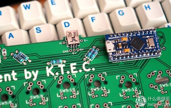 至少需要焊接上d+,d-和+5v三根,这样就将pcb上的usb接口与键盘的主控