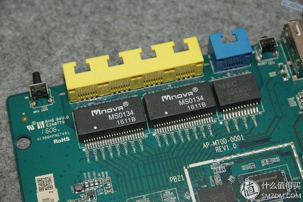 华硕AC1200GU开机连接电脑后,首次配置时,可以使用WIFI连接路由与电脑进行配置,也可以使用网线进行配置。 配置完成,登陆路由器进行功能体验。  网络地图项界面,显示网络名称、内部网络、外部网络、连接设备数量等系统信息。  访客网络功能的好处,在于可以不告知无线密码的前提下,让访客临时访问网络,同时也不影响网络的内部安全。  流量管理界面,可以通过两种不同的方式实现QOS带宽管理,一种是限制总的上传和下载带宽,另一种是单独对某个设备限制带宽。   流量监控功能可以查看即时、单日、过去24小时内的互联