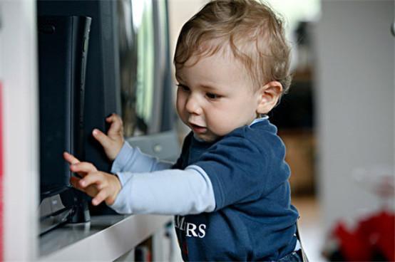 宝宝看电视上瘾,别着急,1招让孩子爱上书远离电视机