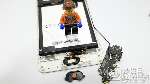 至此,下部就拆解完成,接下来将会对主板进行拆解。 在主板表面有一块塑料支架,除了防止BTB连接器松动之外,在金属后壳发生型变时也能保护主板。魅族Note5 在这方面还是做的比较用心,毕竟这个只是千元机。同样,在支架上也有一颗螺钉贴有防拆贴纸。