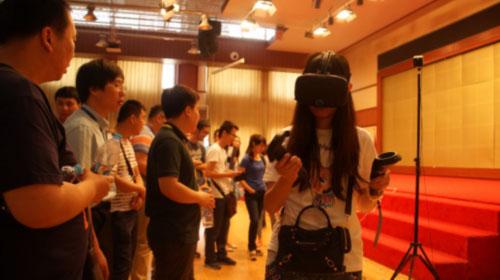 """天津电大举行""""智慧学习社区""""开放体验活动 VR学习设备人气高"""
