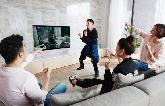遥控秒变麦克风 一台微鲸电视就能在家轻松打造KTV