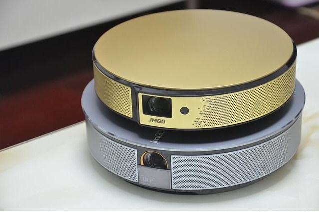 仅重0.8kg,却可投射300寸画面!坚果新品E8首发评测!