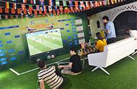 办公室变身足球场百寸电视看世界杯