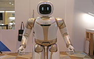 优必选发布新款Walker服务机器人 能开冰箱取饮品