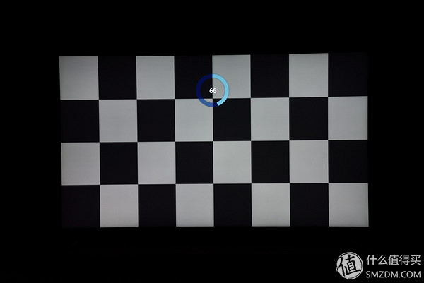 如上图,原理是显示黑白格图片2分钟,然后在全白的背景下观察是否有方块残影,但奇怪的是通过这种方法观察屏幕完全正常,没有烧屏现象,目前已经将此问题反馈给厂商,还未收到答复。 Part  -- 功能测试 智能电视之所以称之为智能,是因为在除了基本电视功能外还能通过安装app,外接设备等方法增加新的功能,拓展为家庭生活娱乐中心 1.