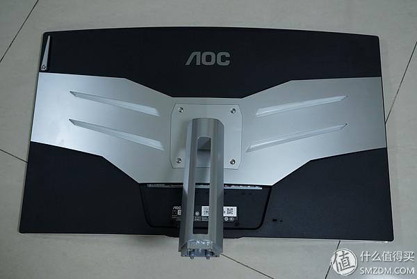 ▼底座安装非常简单,只需要固定好4个安装螺丝,显示器就算安装成功了