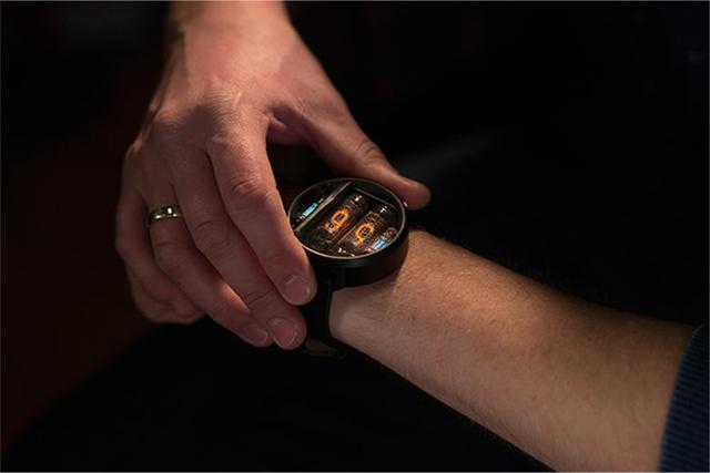 用辉光管设计的智能手表 格调炸裂颇具复古风
