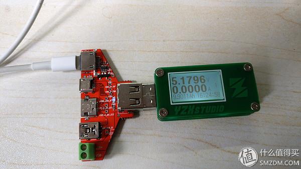 从左到右五个插口,lightning、micro USB、type-c、mini USB、接线柱  另一边,从左到右一次是USB公头、正反插的USB母头、普通USB母头  看一下USB插头的焊点,比较均匀,不是很饱满  两侧的USB公、母头还有对应的接线柱,可以方便接线和测量  将两边的USB公、母头掰掉  其他插口都没有芯片,只有lightning插口用了三颗芯片,微距看一下丝印,92cd37  c009t场效应管